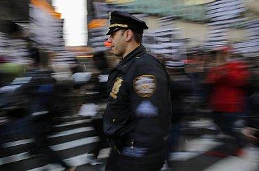 Fegyver helyett az őrjöngő pasi férfiasságát tapogatta precízen a rendőr