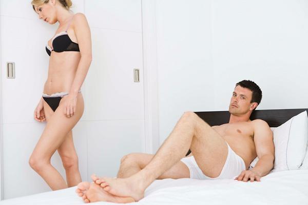 férfiaknál merevedés, nőknél pedig)