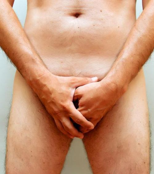 borotvált péniszű férfi