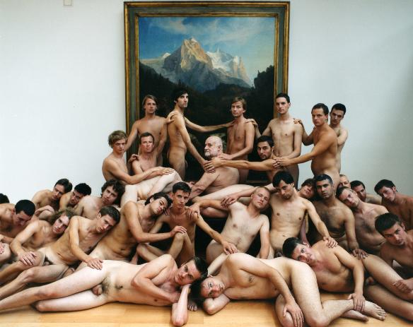 meztelen férfiakat állítanak)