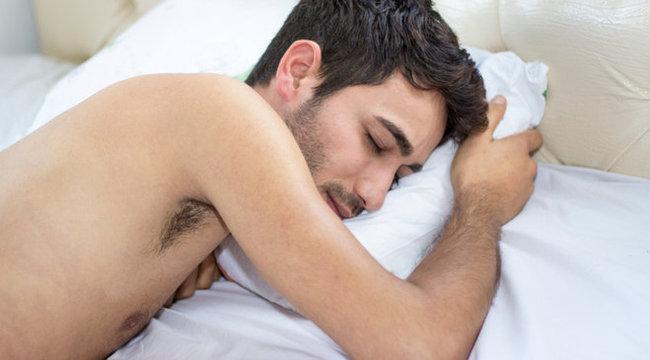alvó ember meztelenül a péniszével